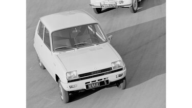 RENAULT 5 black and white