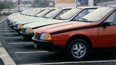 RENAULT FUEGO garées sur un parking