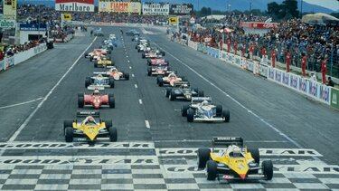 RENAULT F1 TYPE RE40 at the starting line