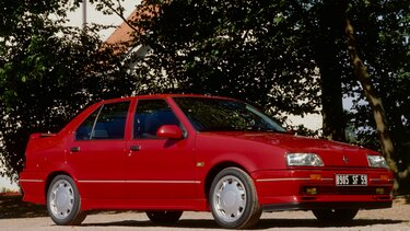 RENAULT 19 red side view