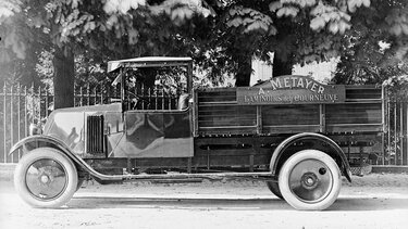 RENAULT TYPE PR black and white side view