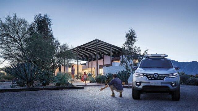 Mann kehrt mit seinem Renault ALASKAN Concept Car zurück nach Hause zu seiner Familie