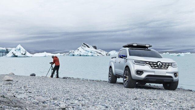 Mann stellt stellt sein Fotostativ neben seinem Renault ALASKAN Concept Car auf