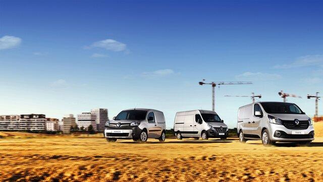 Renault Nutzfahrzeuge stehen auf einer Baustelle: Kangoo Rapid, Master und Trafic