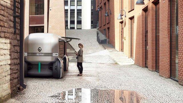 Frau entsperrt den Renault EZ PRO Concept Car mit ihrem Handy