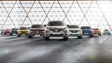 Zehn Renault Fahrzeuge bilden ein V in einer Halle: Espace, Koleos, Kadjar, Twingo, Clio, Captur