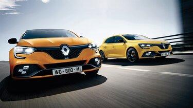 Gelber und orangener Renault MEGANE R.S. auf der Straße