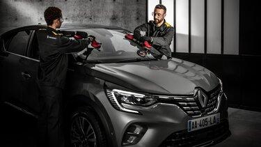 Rothaariger Mann mit Sonnenbrille genießt die Sonne