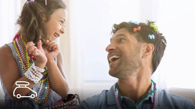 Mädchen schmückt die Haare Ihres Vaters mit Schmertterlingen