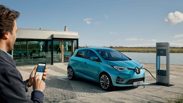Mann steuert das Aufladen seines ZOE Fahrzeugs per MY Renault Smartphone App