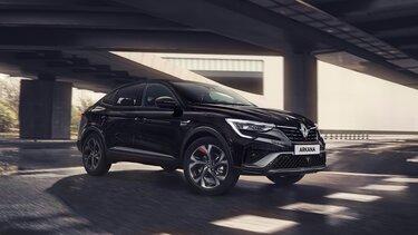 Arkana - Renault SUV buiten stad schuin voor aanzicht zwart
