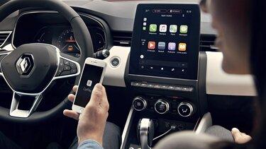 prikaz sučelja pametnog telefona na 9,3-inčnom zaslonu osjetljivom na dodir automobila CLIO