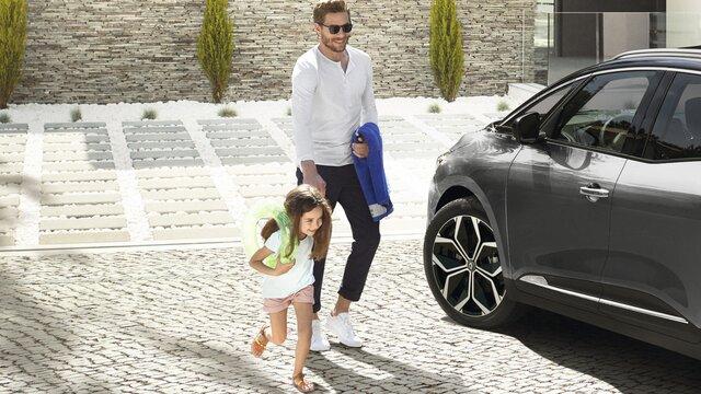Renault Grand SCENIC INITIALE PARIS - Personen vor dem Auto von vorn
