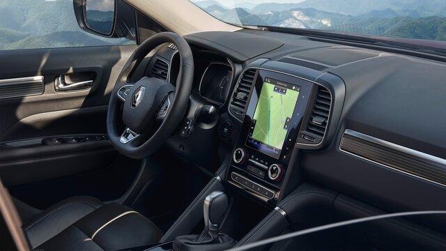 Interiér vozu Renault KOLEOS, palubní deska, volant a multimediální obrazovka