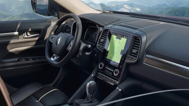 Интериор, арматурно табло, волан и мултимедиен екран на Renault KOLEOS