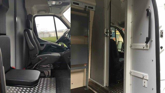 Dělicí přepážka s posuvnými dveřmi a sklopným sedadlem