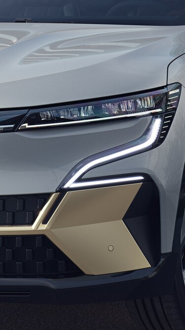 All-new Renault Megane E-Tech 100% electric - new front full lighting signature