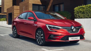 Nowe Renault MEGANE GrandCoupe na parkingu
