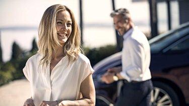 Renault SCENIC INITIALE PARIS - Personen vor dem Auto von vorn