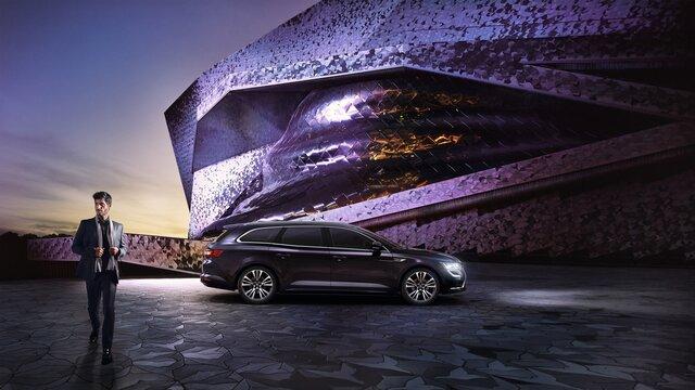 Renault TALISMAN Grandtour INITIALE PARIS - Seitenansicht des Fahrzeugs in städtischer Umgebung