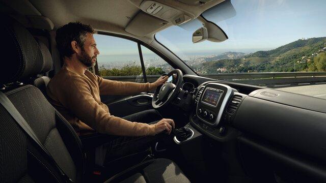 Mann am Steuer des Renault Trafic Combi