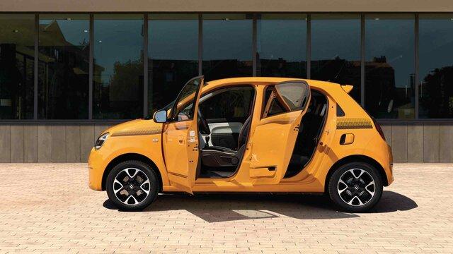Seitenansicht des Renault Twingo mit geöffneten Türen