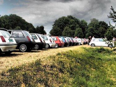 Renault 5 GT evenement op een rij achterkant