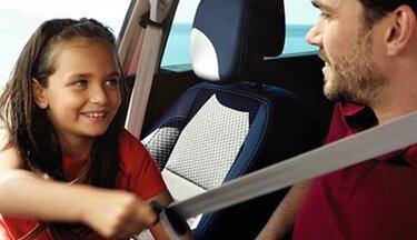 Meisje en vader in de auto doen gordel om Renault