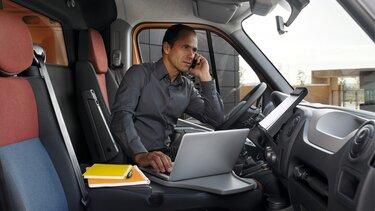 przedsiębiorca rozmawia przez telefon