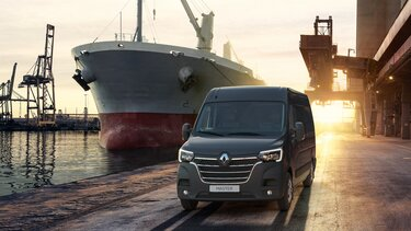 Renault Master na tle statku