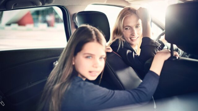 kobieta i dziewczynka w samochodzie