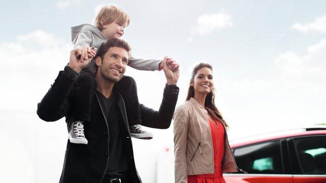 szczęśliwa rodzina na tle nieba