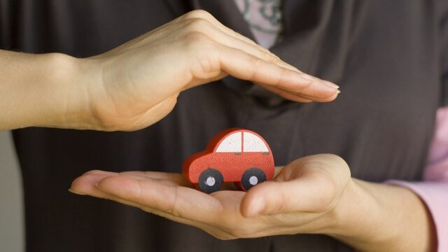 samochód w dłoniach