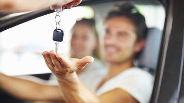 kluczyki na dłoni mężczyzny