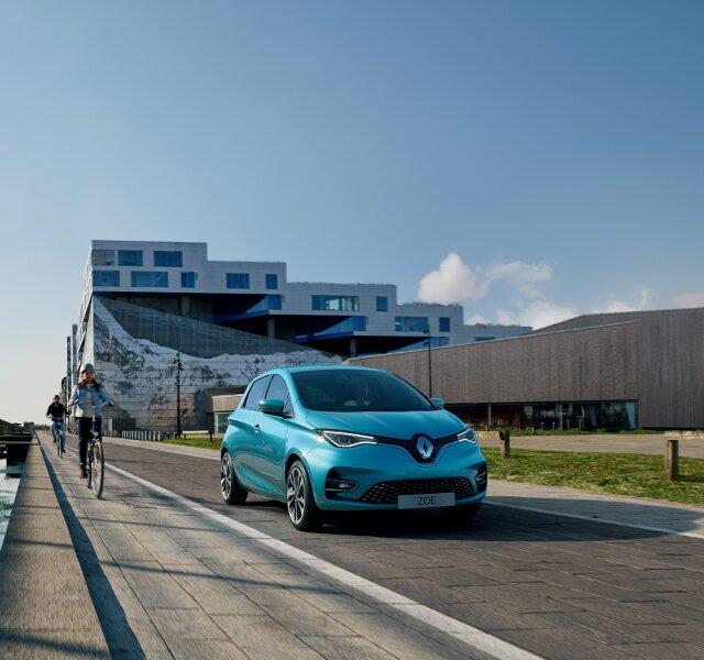 Renault Zoe z przodu na drodze