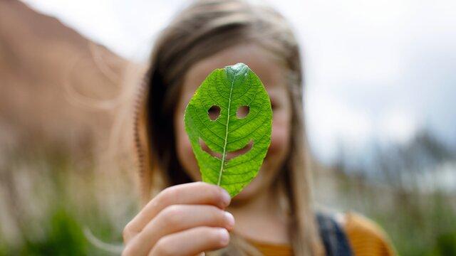 dziewczynka trzyma liścia