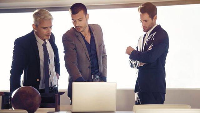 trzech mężczyzn przy komputerze