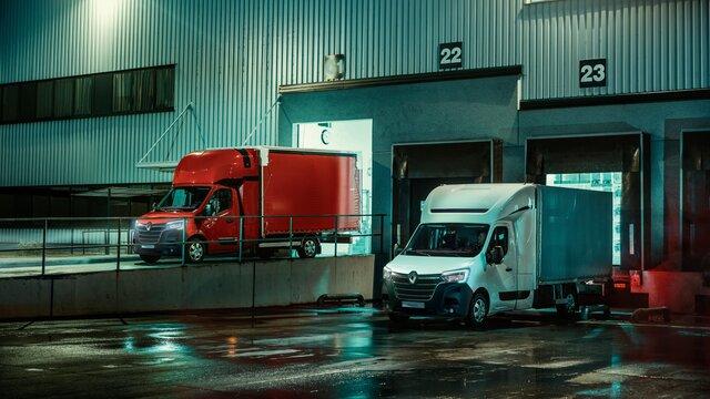pojazdy dostawcze renault w trakcie rozładunku