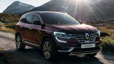 Renault KOLEOS na zewnątrz w kolorze bordowym, reflektory full LED, C-Shape
