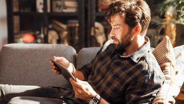 mężczyzna używa tableta