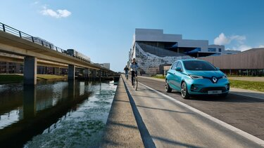 Blå Renault Zoe E-Tech electric exteriör framparti