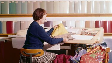 Stara slika delavke med izbiro barv za novi model