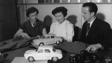Stara slika dveh ženski in enega moškega, ki izbirajo barve za avtomobile