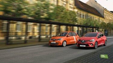 Oranžni Twingo in rdeči Clio v različici I FEEL SLOVENIA med vožnjo na cesti